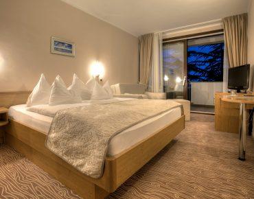 Zweibettzimmer mit Balkon zum Meer im Hotel Malin